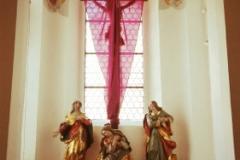 Bad Waldsee Stadtkirche Seitenaltar mit verhülltem Kreuz